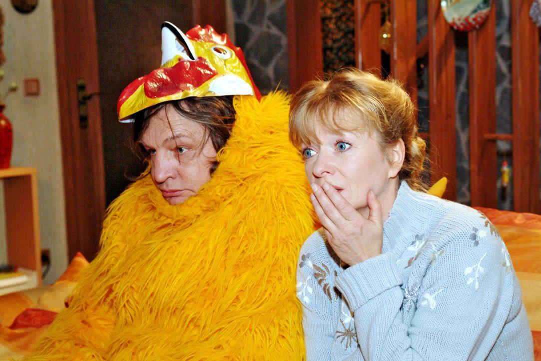 Bernd (Volker Herold, l.), der zwischenzeitlich einen frustrierenden Job als Hühnersuppen-Promoter angetreten hat, beichtet der fassungslosen Helga... - Bildquelle: Monika Schürle SAT.1 / Monika Schürle