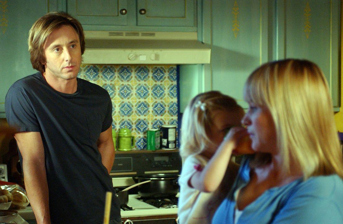 Joe (Jake Weber, l.) macht sich Sorgen um seine Frau Allison (Patricia Arquette, r.), da diese momentan nachts arbeitet, um einen Serienmörder stel... - Bildquelle: Paramount Network Television