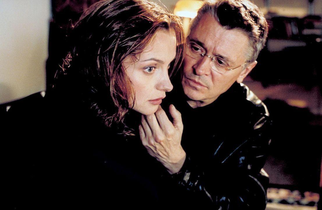 Schon bald kommt Sylvie (Catherine Flemming, l.) ein schrecklicher Verdacht: Hat ihr Mann Hanno (Henry Hübchen, r.) etwas mit den grausamen Morden... - Bildquelle: Katrin Knoke ProSieben