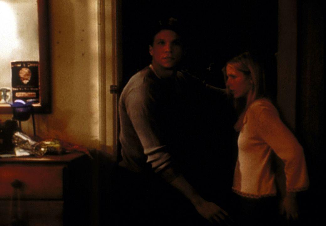 Buffy (Sarah Michelle Gellar, r.) und Riley (Marc Blucas, l.) werden von einem Erdbeben überrascht. - Bildquelle: TM +   2000 Twentieth Century Fox Film Corporation. All Rights Reserved.