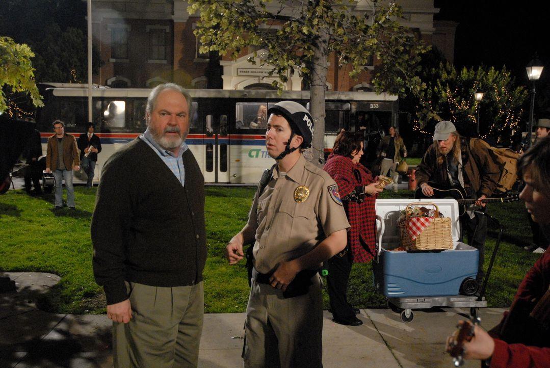 Der Stadt-Troubadour verlässt Stars Hollow, um mit Neil Young auf Tournee zu gehen und löst damit einen Massenauflauf hoffnungsvoller Nachfolger aus... - Bildquelle: Warner Brother International Television