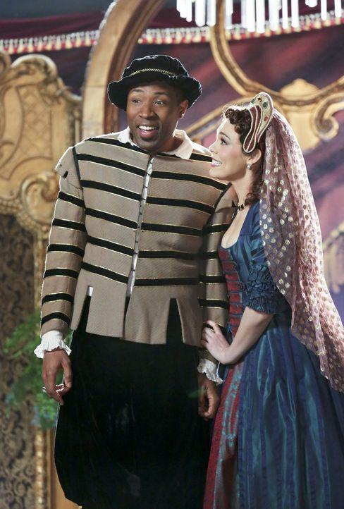 Auch Lavon (Cress Williams, l.) und Annabeth (Kaitlyn Black, r.) sind dabei als die Stadt die denkwürdigsten Szenen aus Shakespeares Werken aufführt... - Bildquelle: Warner Bros.