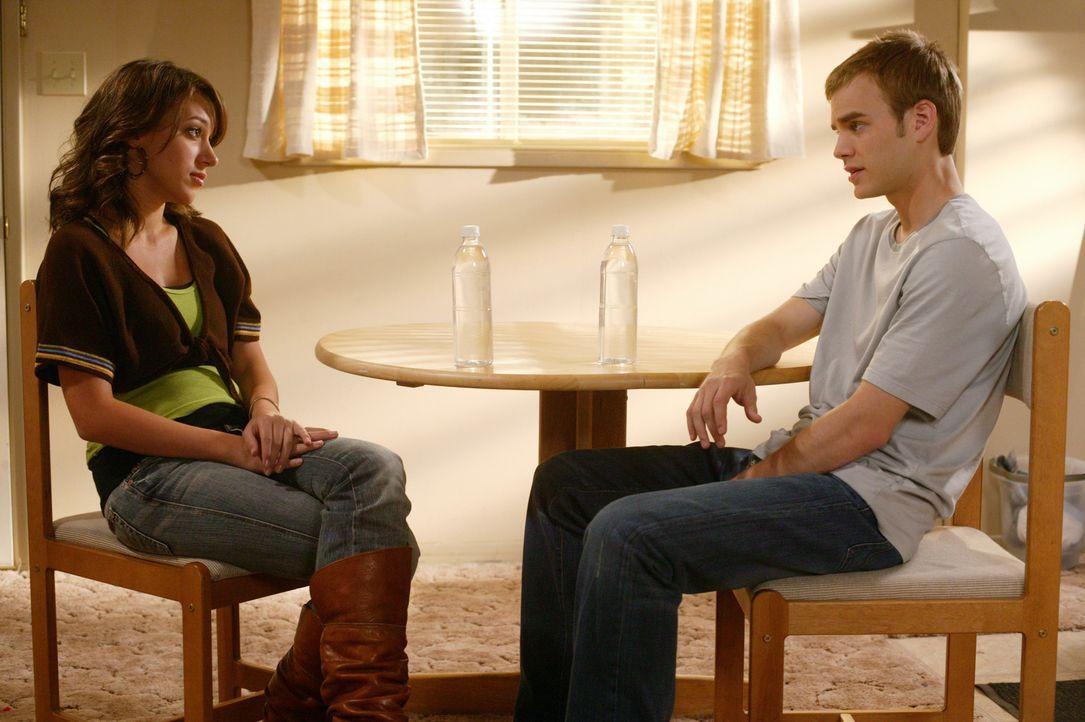 Im Krankenhaus entpuppen sich Sandys (Haylie Duff, l.) starke Schmerzen und die damit verbundenen vermeintlichen Wehen als Fehlalarm. Simon (David G... - Bildquelle: The WB Television Network