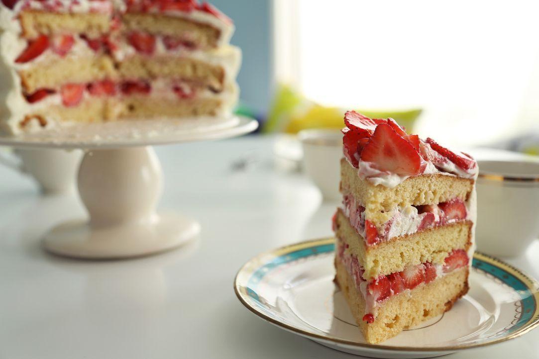 Es ist angerichtet: Erdbeer-Sahnetorte ... - Bildquelle: Richard Hill BBC 2013