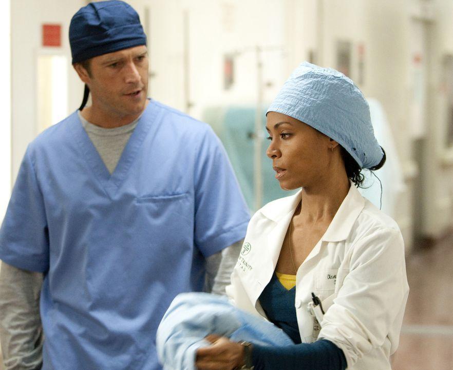 Der Krankenhausalltag ist nicht immer leicht, doch Oberschwester Christina Hawthorne (Jada Pinkett Smith, r.) und Dr. Tom Wakefield (Michael Vartan,... - Bildquelle: Sony 2009 CPT Holdings, Inc. All Rights Reserved