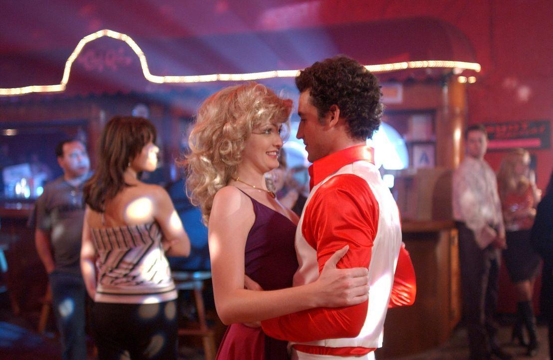 1978: Noch scheint die Welt in Ordnung. Benny (Conor Michael Dubin, r.) schwingt mit Sonya (Ciara Hughes, l.) das Tanzbein ... - Bildquelle: Warner Bros. Television
