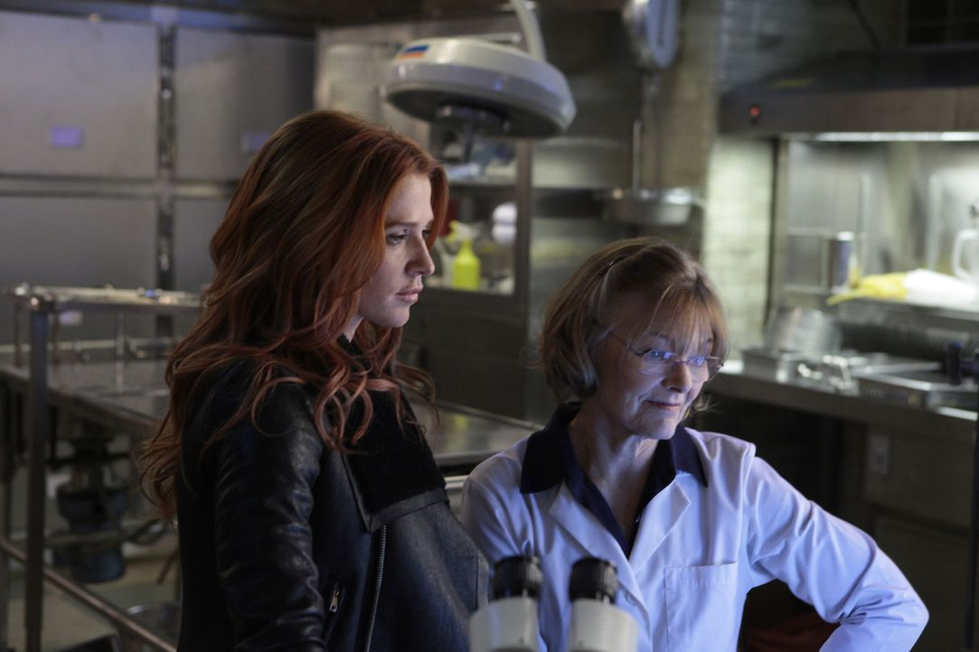 Ein neuer Fall beschäftigt Carrie (Poppy Montgomery, l.) und Joanne Webster (Jane Curtin, r.) ... - Bildquelle: 2011 CBS Broadcasting Inc. All Rights Reserved.