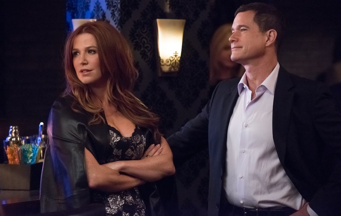 Für ihre Ermittlungen in einem illegalen Nachtclub eines albanischen Gangsters schmeißen sich Carrie (Poppy Montgomery, r.) und Al (Dylan Walsh, l.)... - Bildquelle: Jeff Neumann 2015, 2016 Sony Pictures Television Inc. All Rights Reserved.