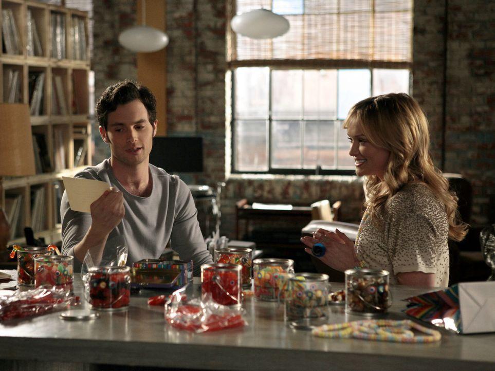 Charlie (Kaylee DeFer, r.) versucht weiterhin an Dan (Penn Badgley, l.) ranzukommen ... - Bildquelle: Warner Bros. Television