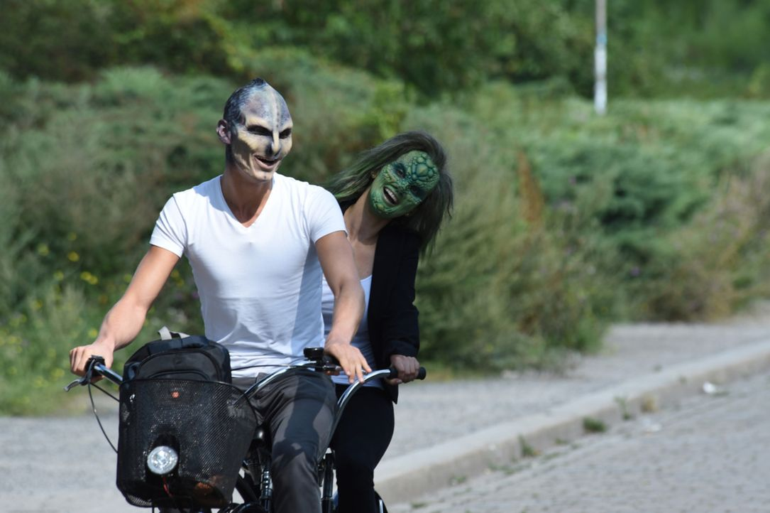Plötzlich scheint für Alien Willie (l.) und Eidechse Denise (r.) das Aussehen ganz nebensächlich zu sein ... - Bildquelle: Andre Kowalski sixx