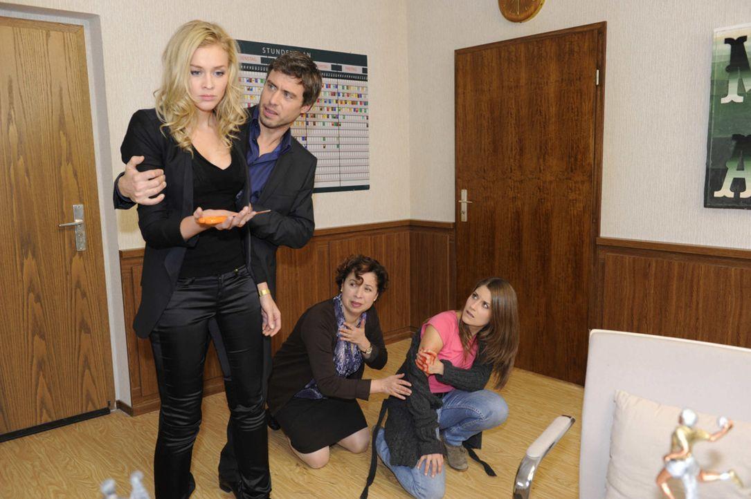 Bea (Vanessa Jung, r.) ist schockiert über Alexandras (Verena Mundhencke, l.) Angriff. Zudem macht sie sich Vorwürfe, Alexandra derart provoziert... - Bildquelle: SAT.1
