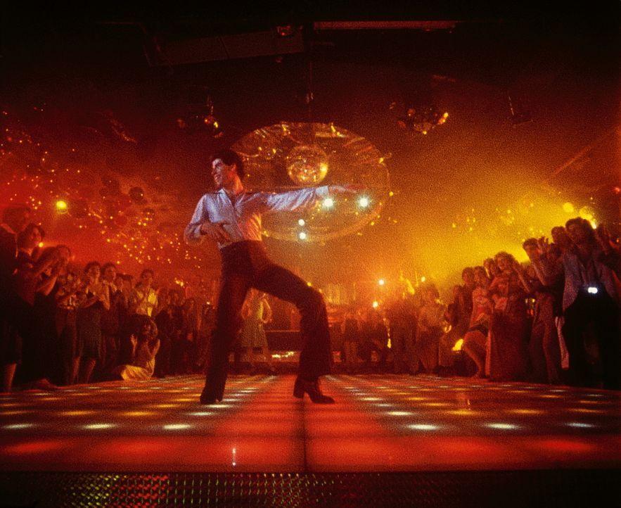 """In der Diskothek """"Odyssee 2001"""" lebt Tony Manero (John Travolta) förmlich auf, denn auf der Tanzfläche ist er der absolute King ... - Bildquelle: Paramount Pictures"""