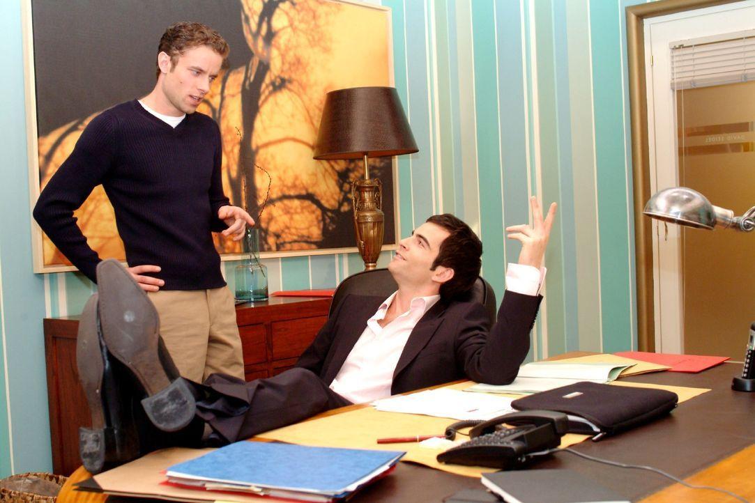 David (Mathis Künzler, r.) berichtet dem skeptischen Max (Alexander Sternberg, l.), dass er ein ernstes Wort mit Lisa gesprochen hat und glaubt, das... - Bildquelle: Monika Schürle SAT.1 / Monika Schürle