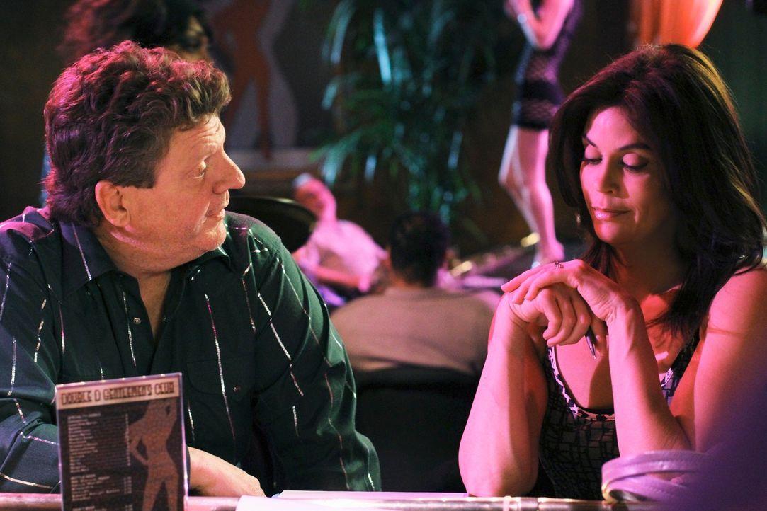 Der Vertrag ist unterschrieben und Susans (Teri Hatcher, r.) Anteil des Strip-Clubs geht an Mitch Rooney (Brent Briscoe, l.) ... - Bildquelle: ABC Studios