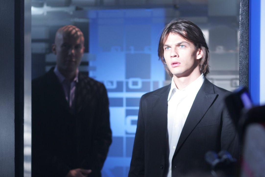Weiß Lex (Michael Rosenbaum, l.), dass Lionel Mikail (Trent Ford, r.) persönlich in die Stadt gelockt hat, um von dessen Fähigkeiten zu profitieren?... - Bildquelle: Warner Bros.