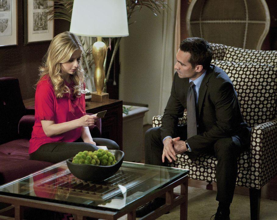 Noch immer ahnt Victor Machado (Nestor Carbonell, r.) nicht, dass er nicht Siobhan (Sarah Michelle Gellar, l.), sondern Bridget ihm gegenüber sitzt... - Bildquelle: 2011 THE CW NETWORK, LLC. ALL RIGHTS RESERVED
