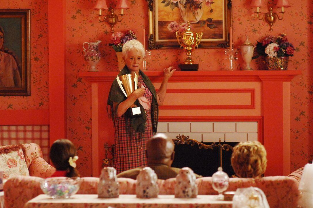 Mamma Jacobs (Barbara Barrie) kann den Tod ihres Sohnes nun akzeptieren. Stolz zeigt sie den Pokal, in dem seine Asche ruht ... - Bildquelle: Warner Brothers