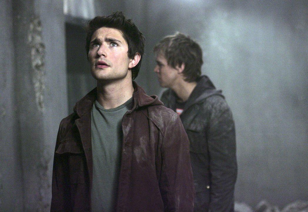 In einer Ruine tritt gefährliches Methangas aus: Kyle (Matt Dallas, vorne) und Declan (Chris Olivero, hinten) befinden sich in großer Gefahr ... - Bildquelle: TOUCHSTONE TELEVISION