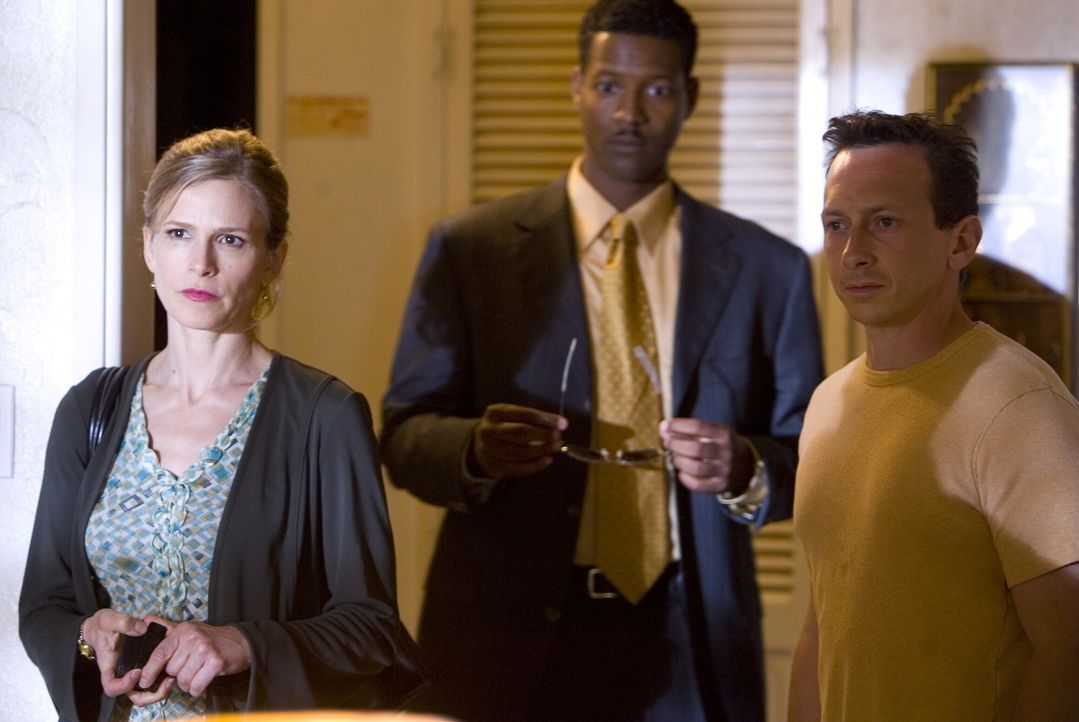 Zunächst deutet für Brenda (Kyra Sedgwick, l.) und Gabriel (Corey Reynold, M.) alles darauf hin, dass Sexualstraftäter Wayne Mathers (Michael D. Wea... - Bildquelle: Warner Brothers