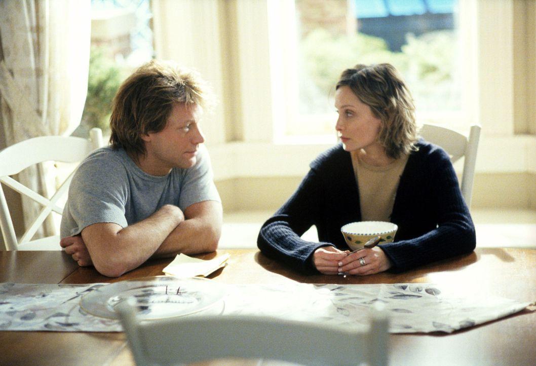 Als Ally (Calista Flockhart, r.) plötzlich in Arbeit erstickt, springt Victor (Jon Bon Jovi, l.) als Babysitter ein und versteht sich prächtig mit M... - Bildquelle: 2002 Twentieth Century Fox Film Corporation. All rights reserved.