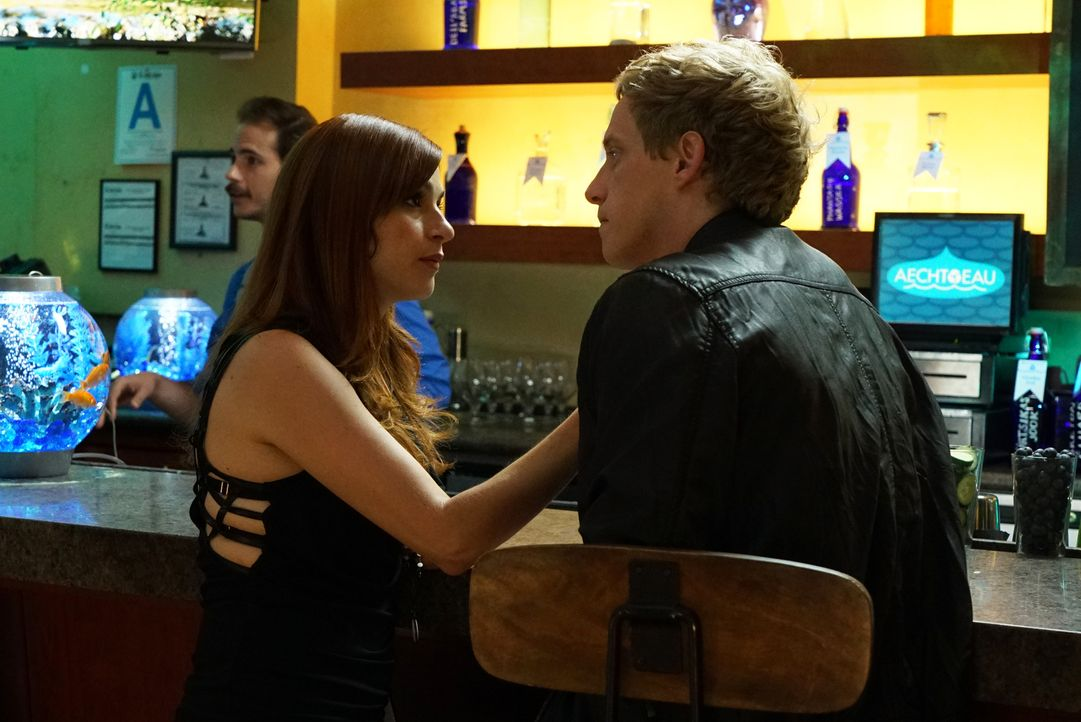 Jimmy (Chris Geere, r.) lädt Gretchen (Aya Cash, l.) tatsächlich in eine Wasser-Bar ein, nachdem er glaubt, mit Gretchens zweiten Handy ein Date mit... - Bildquelle: 2015 Fox and its related entities.  All rights reserved.