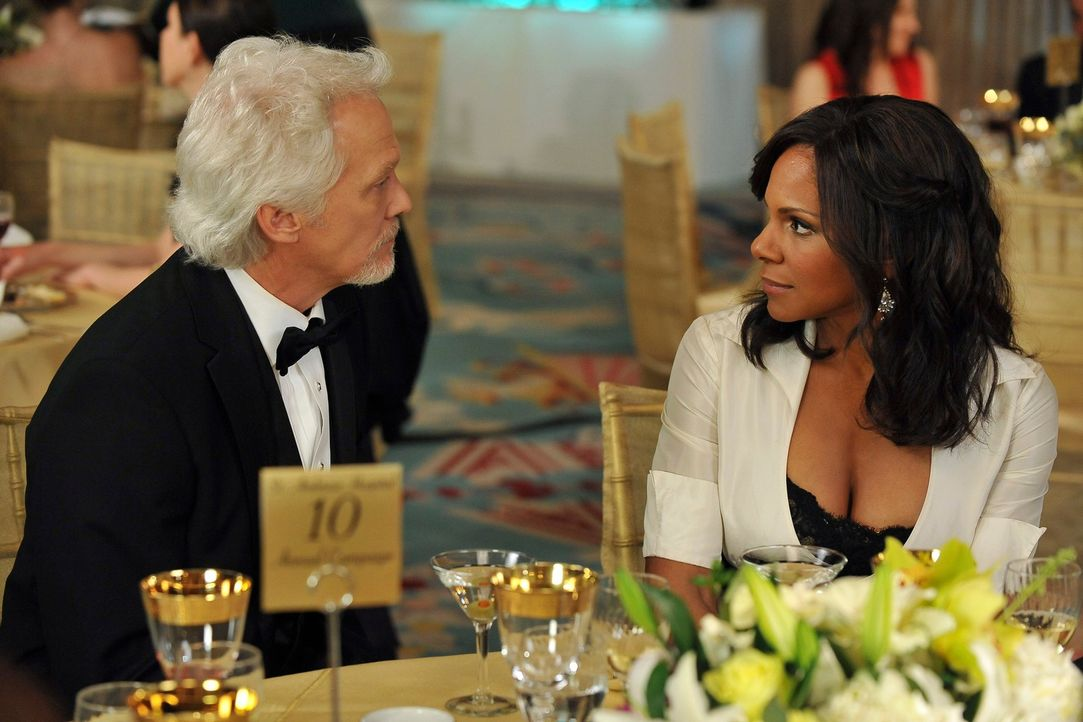 Nachdem Naomi (Audra McDonald, r.) für William White (James Morrison, l.) eine Laudatio gehalten hat, nutzt er den weiteren Verlauf des Abends, um i... - Bildquelle: ABC Studios