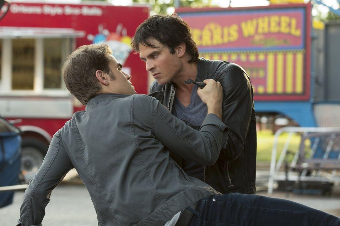 Während Damon (Ian Somerhalder, r.) verzweifelt bei Sybil um Antworten fleht, erkennt Stefan (Paul Wesley, l.), dass es nicht die Lösung ist, Damon... - Bildquelle: Warner Bros. Entertainment, Inc.