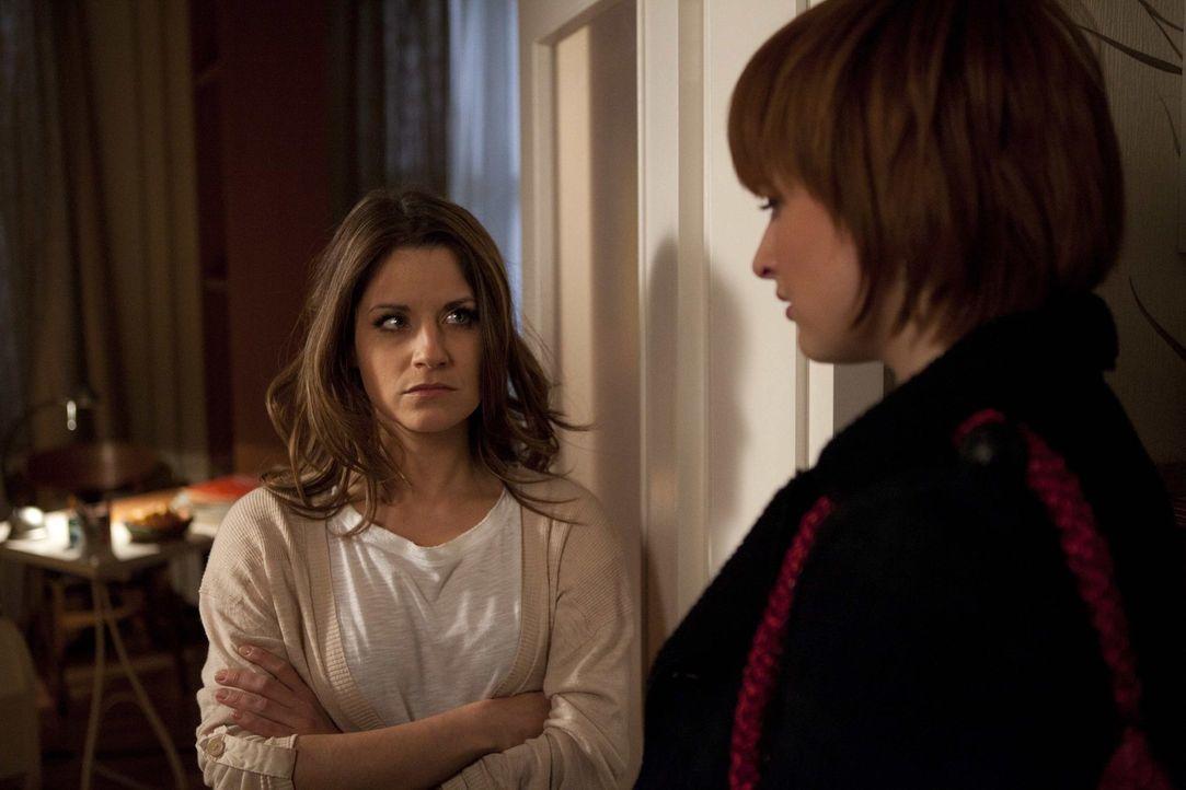 Sophie (Franciska Friede, r.) möchte sich bei Bea (Vanessa Jung, l.) für alles entschuldigen. Doch wird Bea die Entschuldigung annehmen? - Bildquelle: SAT.1