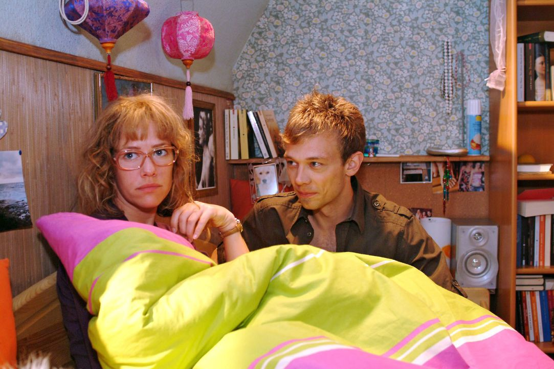 Jürgen (Oliver Bokern, r.) versucht Lisa (Alexandra Neldel, l.) das Gefühl zu geben, dass ihr vor ihm nichts peinlich sein muss. (Dieses Foto von Al... - Bildquelle: Monika Schürle SAT.1 / Monika Schürle