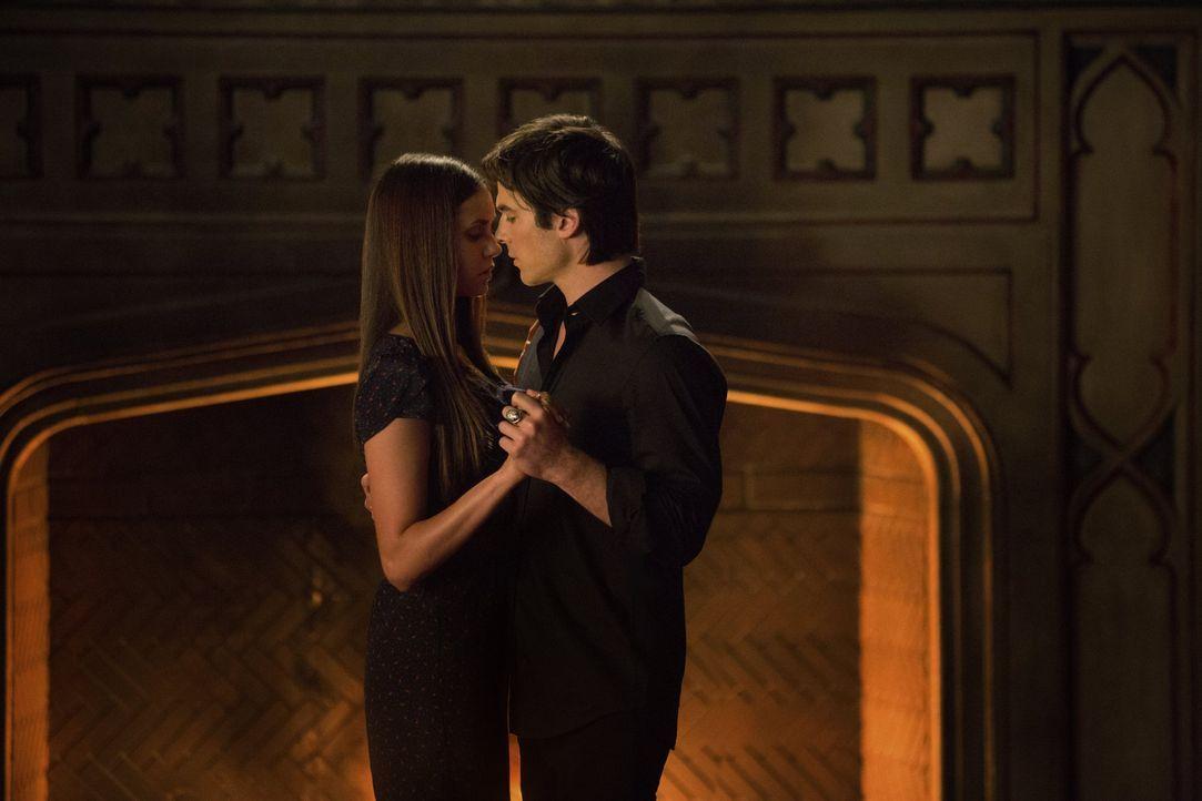Durch ihre Verwandlung hat Elena (Nina Dobrev, l.) sich grundlegend verändert und verspürt plötzlich ein seltsam starkes Verlangen nach Damon (Ian S... - Bildquelle: Warner Brothers