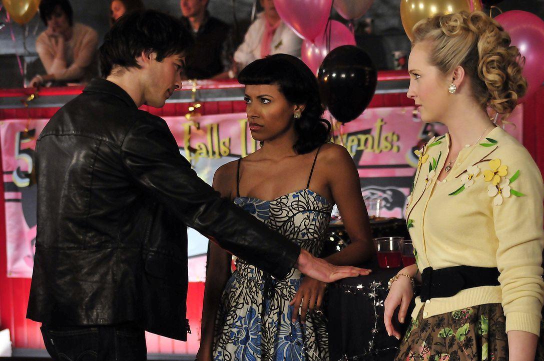 Damon (Ian Somerhalder, l.) will sich mit Bonnie (Katerina Graham, M.) gut stellen, weil er ihre Hilfe braucht, um die Gruft zu öffnen - Caroline (C... - Bildquelle: Warner Bros. Television