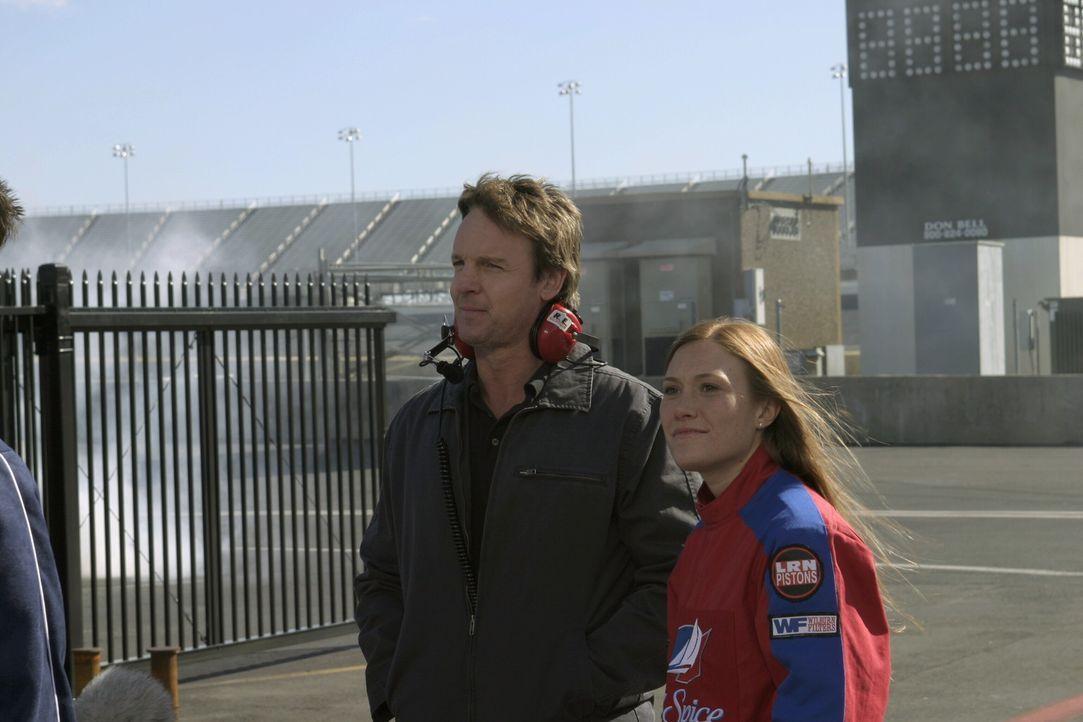 Coop (Michael Trucco, l.) stellt den Jungs Daytona (Schuyler Fisk, r.), die Tochter eines befreundeten Rennfahrers, vor ... - Bildquelle: Warner Bros. Pictures
