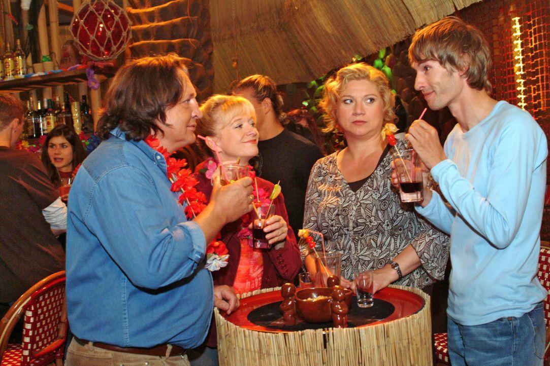 Die Lust am Feiern vergeht Agnes (Susanne Szell, 2.v.r.), als sie mit Helga (Ulrike Mai, 2.v.l.) und Bernd (Volker Herold, l.) in der Tiki-Bar ausge... - Bildquelle: Monika Schürle SAT.1 / Monika Schürle