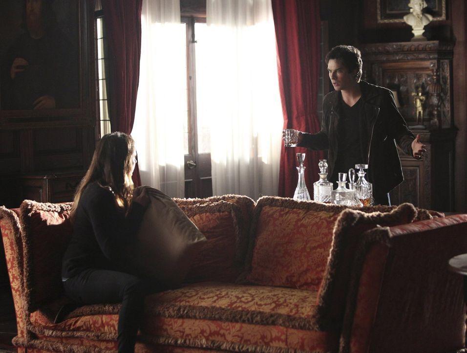 Begeben sich gemeinsam ins Ungewisse, um Bonnie zu retten: Elena (Nina Dobrev, l.) und Damon (Ian Somerhalder, r.) ... - Bildquelle: Warner Bros. Entertainment, Inc