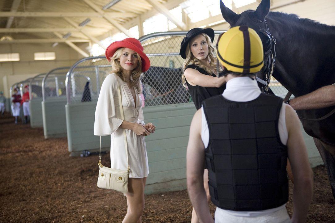 Auch ein kleiner Flirt mit dem Jockey kann Naomi (AnnaLynne McCord, l.) nicht von Liam ablenken. Da hat Jen (Sara Foster, r.) ihre Gefühle deutlich... - Bildquelle: TM &   CBS Studios Inc. All Rights Reserved