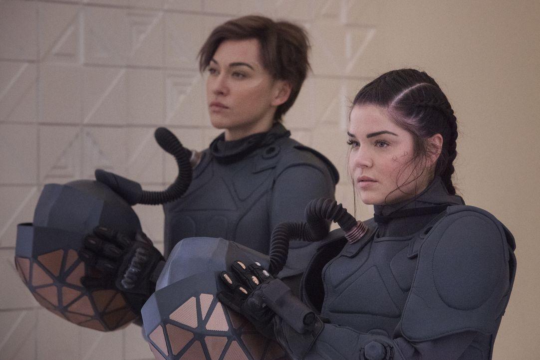 Echo (Tasya Teles, l.); Octavia Blake (Marie Avgeropoulos, r.) - Bildquelle: 2020 Warner Bros. Entertainment Inc. All rights reserved.