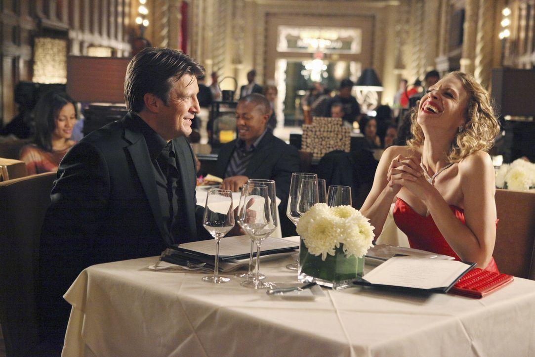 Amüsieren sich köstlich: Richard Castle (Nathan Fillion, l.) und Kristin Lehman (Serena Kaye, r.) - Bildquelle: 2011 American Broadcasting Companies, Inc. All rights reserved.