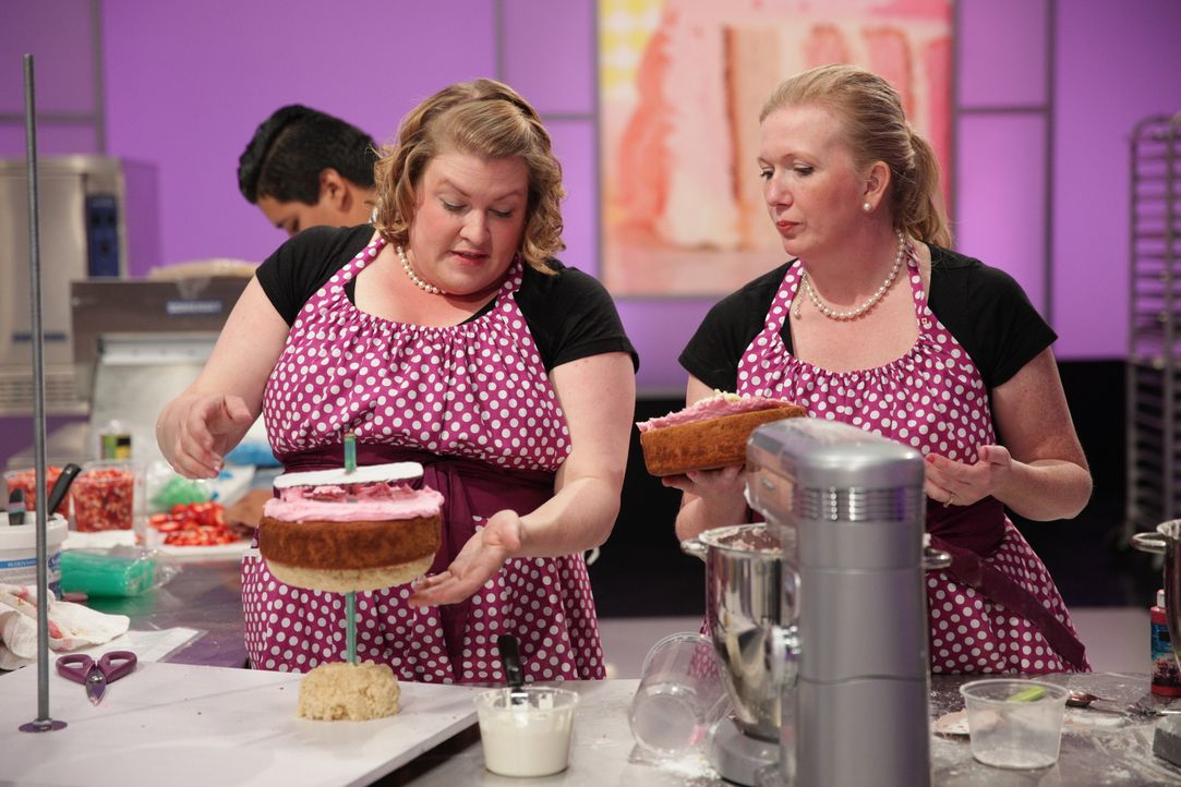 "Einen Kuchen, der zum Motte ""Hello Kitty"" passt? Gar nicht so einfach! Das müssen auch Erin Eason (l.) und ihre Assistentin Heather Berkeley (r.) fe... - Bildquelle: 2015, Television Food Network, G.P. All Rights Reserved"