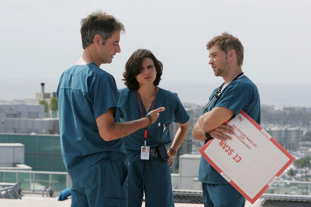 Die Streitereien zwischen Dr. Zambrano (Lana Parilla, M.) und Dr. DeLeo (Mike Vogel, r.) hören nicht auf. Da greift Dr. Proctor (Jeremy Northam, l.... - Bildquelle: Warner Brothers