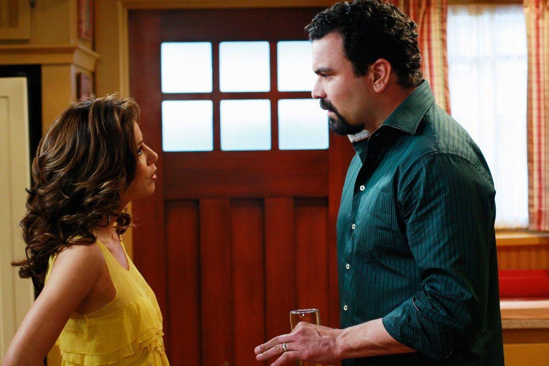 Gabrielle (Eva Longoria, l.) gerät in eine prekäre Situation, da Carlos' (Ricardo Antonio Chavira, r.) Boss sie weiterhin als Deckung für seine Affä... - Bildquelle: ABC Studios