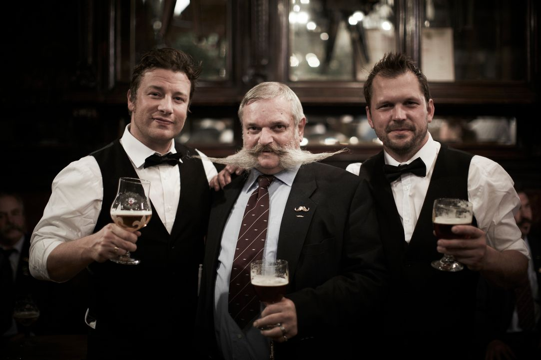 Eine Begegnung der besonderen Art: Jamie (l.) und Jimmy (r.) treffen den Bier-Experten Rupert Ponsonby (M.) ... - Bildquelle: David Loftus David Loftus 2014