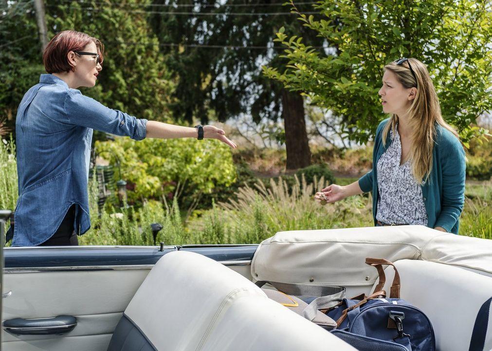 Alex (Chyler Leigh, l.) und Kara (Melissa Benoist, r.) reisen nach Midvale, wo sich Kara an ein Ereignis erinnert, dass die beiden Schwestern näher... - Bildquelle: 2017 Warner Bros.