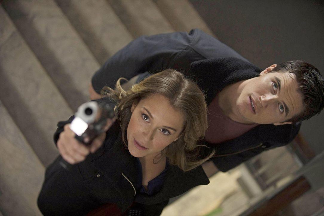 Hillary (Alexa Vega, l.) vertraut Stephen (Robbie Amell, r.) nicht und ein kleiner Fehltritt könnte ihn schließlich den Kopf kosten. Oder ist Hillar... - Bildquelle: Warner Bros. Entertainment, Inc