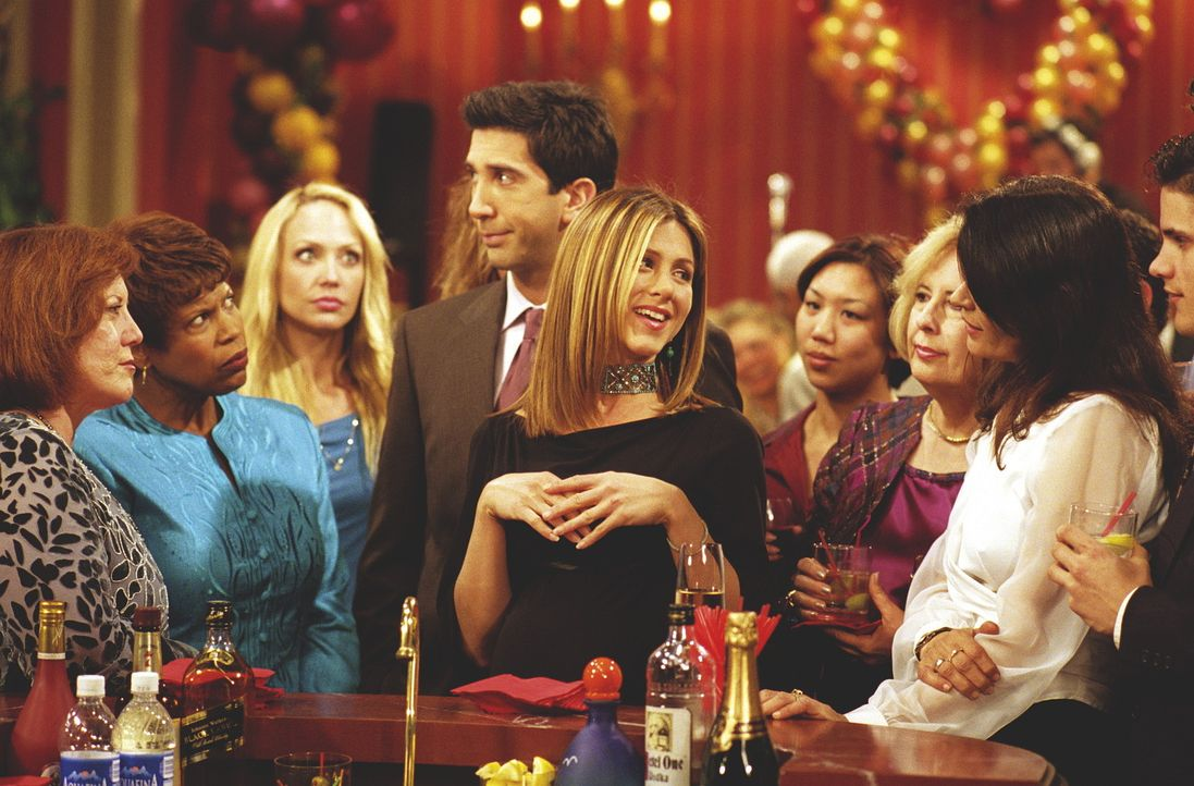 Rachel (Jennifer Aniston, M.) unterhält die anderen Partygäste. - Bildquelle: TM+  WARNER BROS.