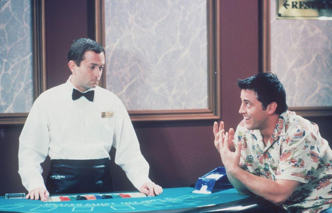 Joey (Matt LeBlanc, r.) fällt im Spielcasino leider negativ auf. - Bildquelle: TM+  2000 WARNER BROS.