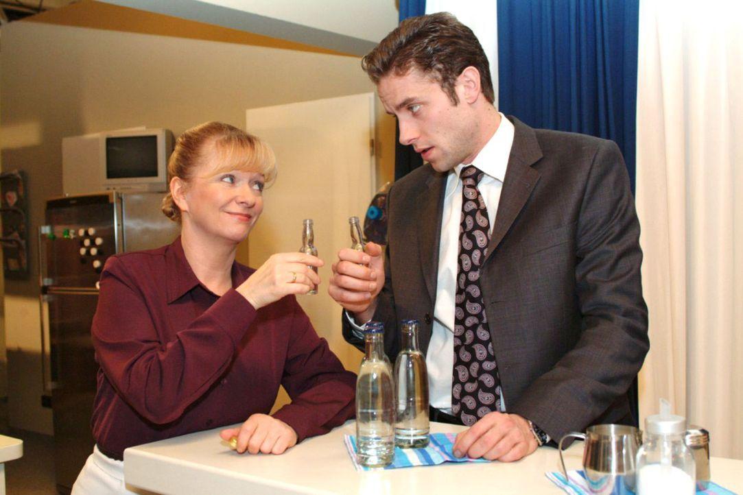 Max (Alexander Sternberg, r.) gesteht Helga (Ulrike Mai, l.) den unsensiblen Heiratsantrag, den er Yvonne gemacht hat. - Bildquelle: Monika Schürle Sat.1