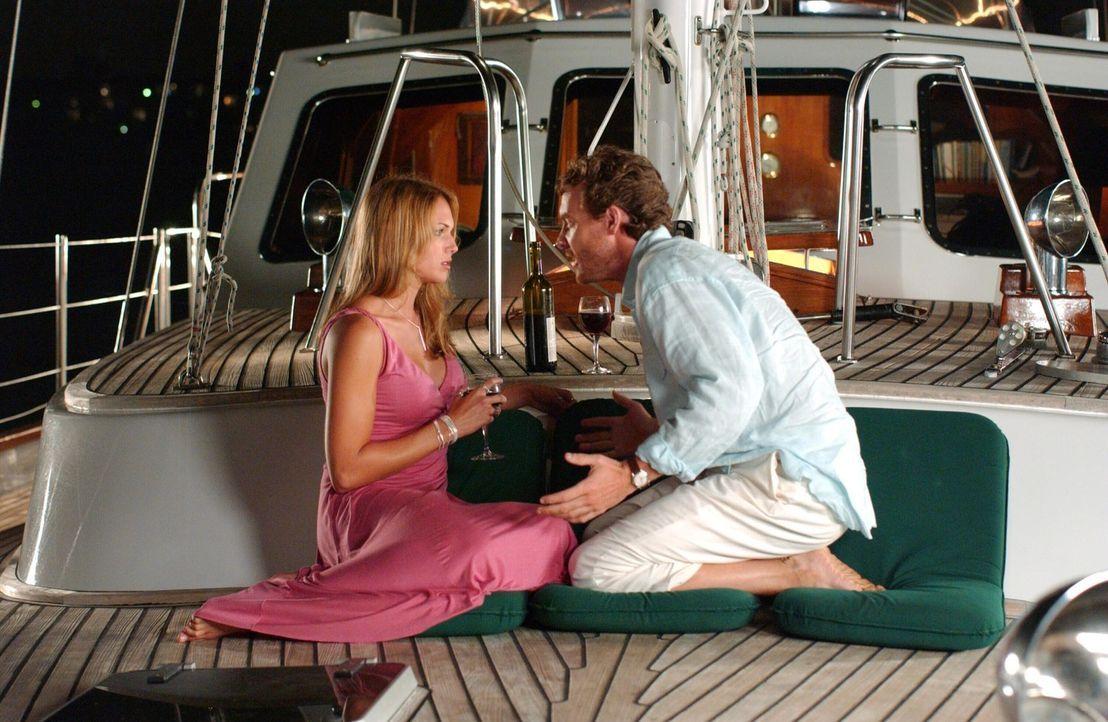 Eigentlich hatte Jimmy (Tate Donovan, r.) einen romantischen Abend geplant, doch Hailey (Amanda Righetti, l.) hat schlechte Neuigkeiten für ihn ... - Bildquelle: Warner Bros. Television