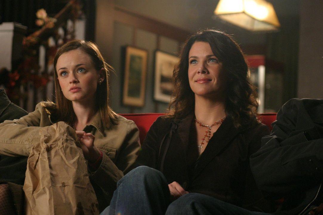 Da Rory (Alexis Bledel, l.) und Lorelai (Lauren Graham, r.) möchten, dass sich ihre beiden Männer gut verstehen, arrangieren sie ein Doppeldate. Kei... - Bildquelle: 2004 Warner Bros.