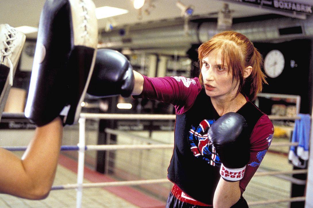Ihre große Leidenschaft ist das Kickboxen: Janine (Karina Krawczyk) ... - Bildquelle: Christian Rieger/Klick ProSieben
