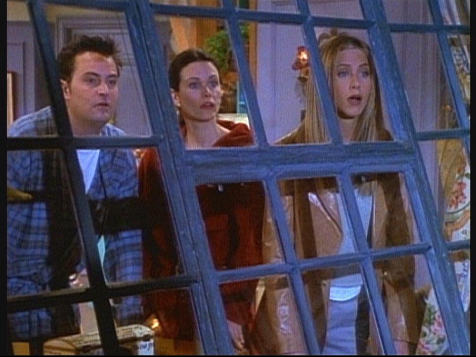 Chandler (Matthew Perry, l.), Monica (Courteney Cox, M.) und Rachel (Jennifer Aniston, r.) trauen ihren Augen nicht: Ross hat Besuch von Rachels Sch... - Bildquelle: TM+  2000 WARNER BROS.